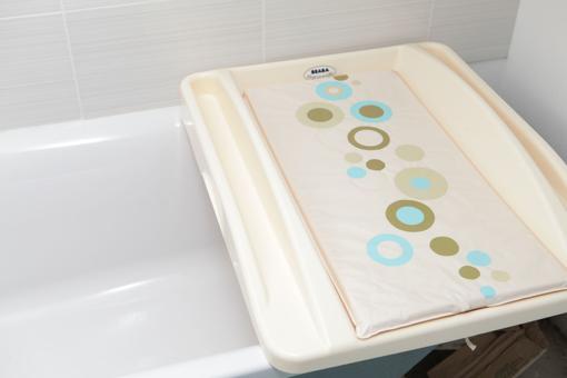 plan à langer à poser sur baignoire